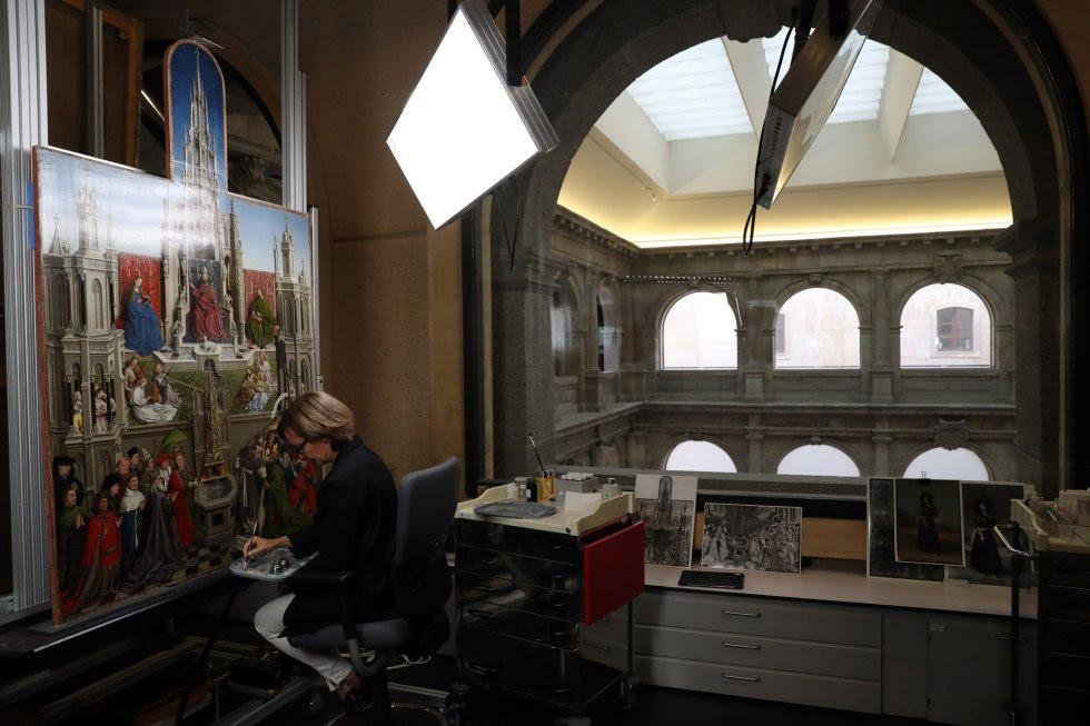 """El taller de restauración de pintura del Museo del Prado está situado en la planta cuarta del edificio Jerónimos. Con la ampliación de Rafael Moneo, inaugurada en 2007, este departamento se situó en torno al restaurado claustro de los Jerónimos. Este año -cuando cumple 10 años en su """"nueva"""" ubicación, como los trabajadores la siguen llamando- dirigirán la Cátedra del Prado, una de las principales líneas de actuación de su Centro de Estudios. Es la primera vez que la lleva un colectivo que, además, pertenece a la institución. Se difundirá el trabajo de unos profesionales con prestigio internacional, acostumbrados a trabajar a diario con 'tizianos', 'rubens', 'goyas'…"""