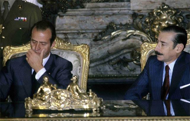 Videla firmando acuerdos de colaboración con el Rey Juan Carlos.