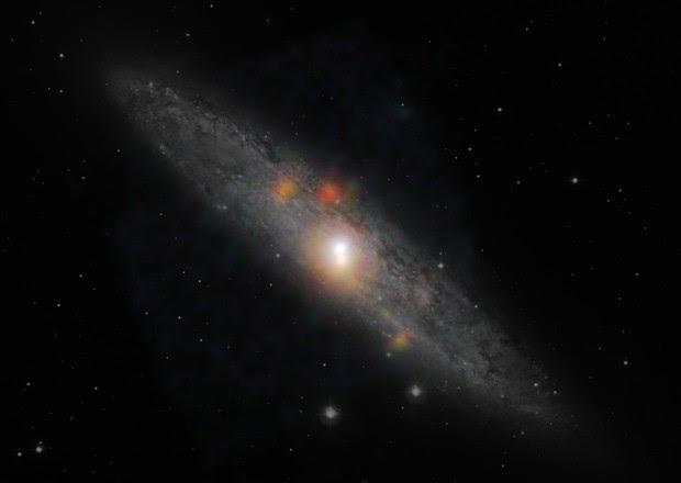 Galáxia NGC 253, que possui um buraco negro 'hibernando' em seu centro (Foto: Divulgação/Nasa/JPL-Caltech/JHU)