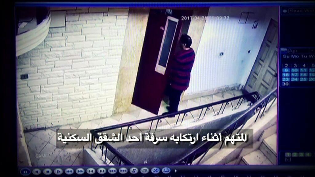 صورة احدى كاميرات المراقبة ترصد دخول المتهم احدى العقارات