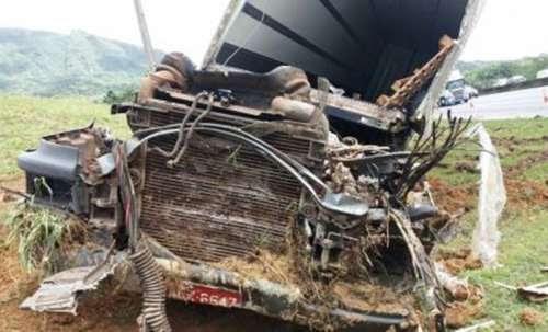 Carreta a 120 km/h fica destruída em acidente na BR-376