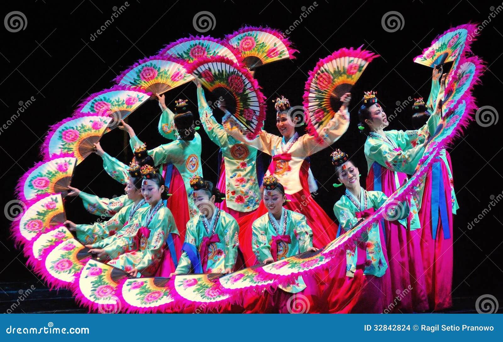 Ejecutante Femenino De La Danza Coreana Tradicional Imagen de archivo editorial  Imagen: 32842824