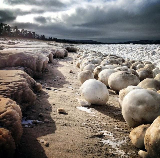 ¿Qué son esas bolas de hielo en el lago Michigan?