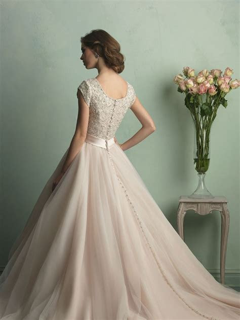 Something like this, but with a sweetheart neckline  so