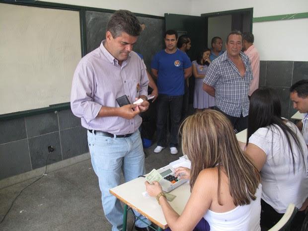 Washigton Reis chegou por volta das 9h40 para votar na Escola Estadual Santo Antônio, em Duque de Caxias (Foto: Janaina Carvalho/G1)