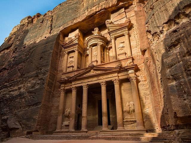 El Tesoro de Petra es la primera construcción de cierta entidad que encuentra el viajero cuando emerge del Siq, el desfiladero de 1,5 km que hay que recorrer para llegar a la ciudad escondida de Petra, en Jordania.