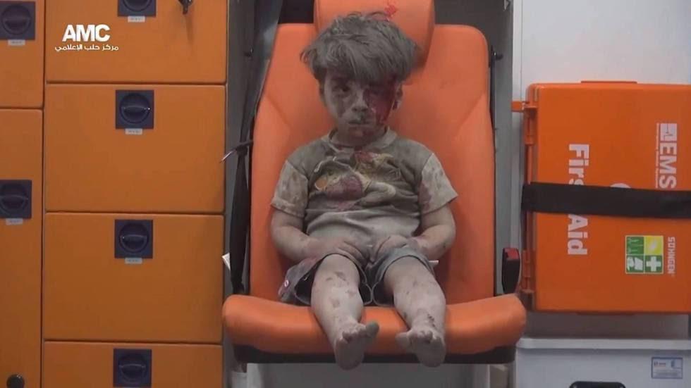 El pequeño Omran, de cinco años, sobrevivió a un bombardeo en la ciudad siria de Alepo en agosto del año pasado.