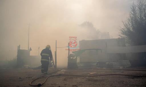 El fuego consumió dos viviendas y el viento casi genera más complicaciones