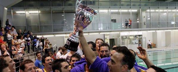 Los integrantes del CN Barceloneta celebran el título liguero.