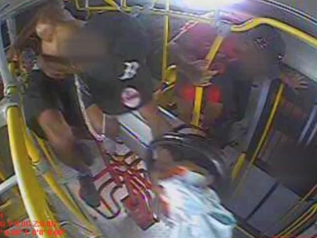 Vídeo mostra jovem pulando a catraca para não pagar passagem  (Foto: Reprodução / TV TEM)