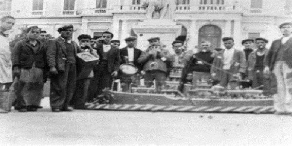 Τα κάλαντα με τη συνοδεία στολισμένου καραβιού, στη Σύρο, παραμονή Χριστουγέννων