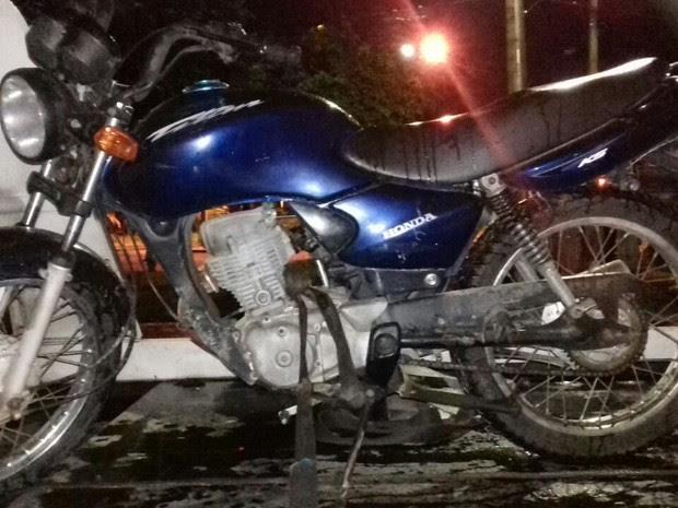 Moto havia sido roubada ainda no sábado (12) (Foto: Divulgação/Polícia Militar)