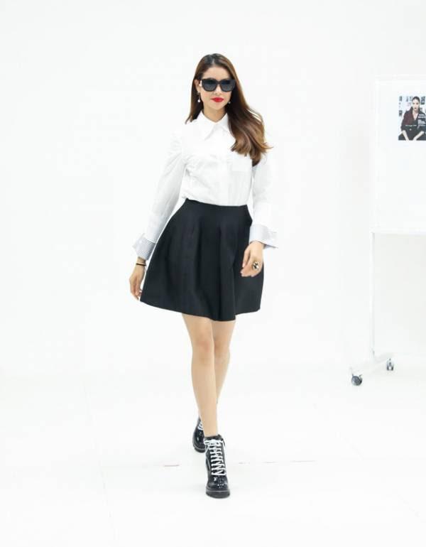 Phạm Hương xuất hiện trong buổi tuyển chọn người mẫu mới nhất của cô với set đồ gồm sơ mi trắng, chân váy xòe đen và boots chiến binh xa hoa của thương hiệu Louis Vuitton.