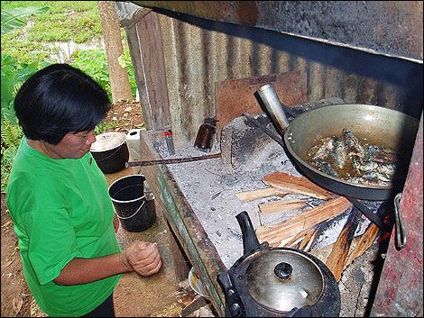 cozinhando no fogão à lenha