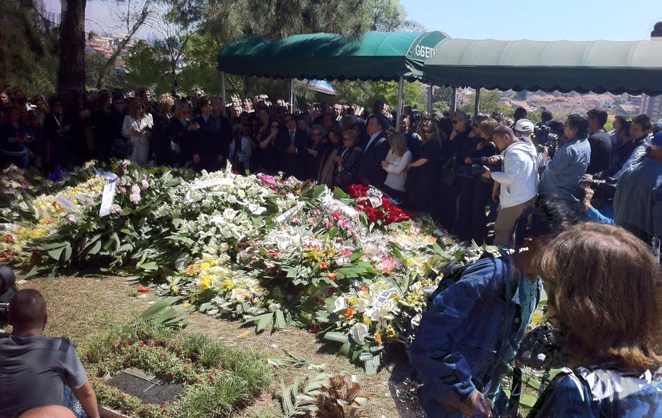 Cemitério cheio de flores para o enterro de Hebe