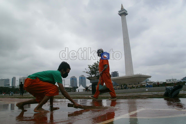 Bersih-bersih Sampah Tahun Baru di Monas