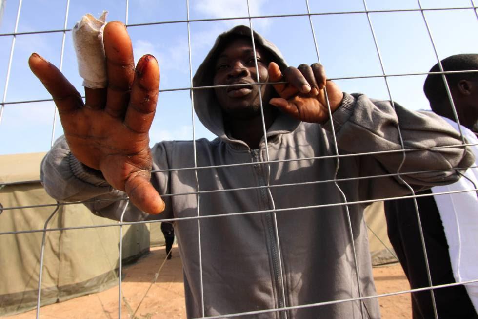 Inmigrante subsahariano en el CETI de Melilla tras entrar saltando por la valla de Melilla.
