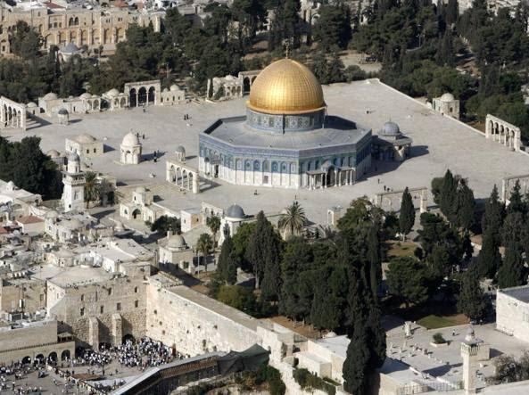 Il Monte del Tempio/Spianata delle Moschee, a Gerusalemme. In basso, a sinistra, ebrei in preghiera di fronte al Muro del Pianto (Reuters)