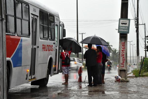 Parada de ônibus na avenida João Medeiros Filho