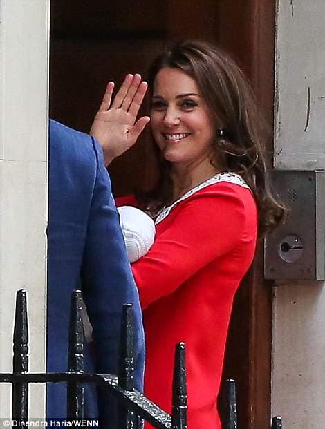 Kate sonrió y agitó mientras entraba brevemente en el Lindo Wing antes de que ella y el Príncipe William salieran del hospital con su nuevo hijo.