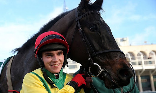 Sizing John overcomes Sub Lieutenant to win the Kinloch Brae Chase