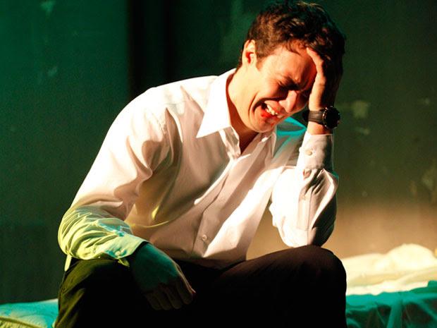 Humilhado, Léo chora, sozinho no quarto (Foto: Insensato Coração / Tv Globo)
