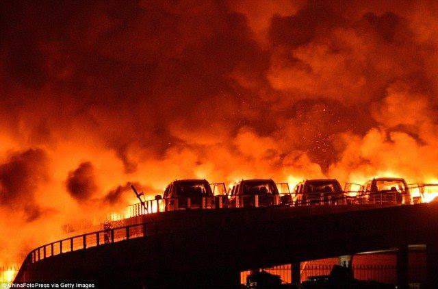 Ici vous pouvez réellement voir les radiateurs à l'avant des voitures qui sont en feu, mais l'arrière des voitures sont intacts.