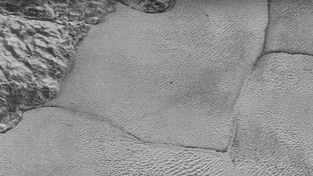 Detalle de uno de los polígonos, en la planicie Sputnik, de decenas de kilómetros de longitud. El nitrógeno se acumula allí en forma de hielo, formando una capa de varios kilómetros de grosor