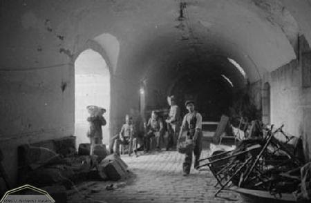 Prisioneros desescombran el Alcázar de Toledo en 1936. Foto Erich Andres. Ministerio de cultura. Centro Documental de la Memoria Histórica