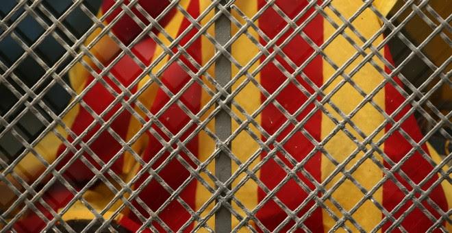 La senyera, vista a través de la reja de un escaparate de una tienda de Barcelona. REUTERS/Albert Gea