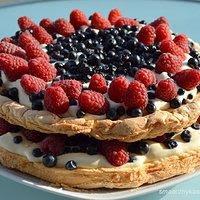 Tort Pavlova z kremem ajerkoniakowym i owocami lata