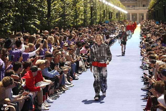Comportamento do modelo: modelos usam criações como parte da apresentação SS19 da Louis Vuitton para homens