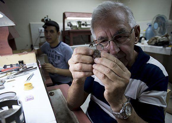 El Maestro Relojero Carlos Aldao Pachecho y su aprendiz. Foto: Irene Pérez/ Cubadebate.