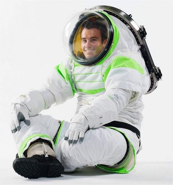NASA apresenta sua nova roupa espacial