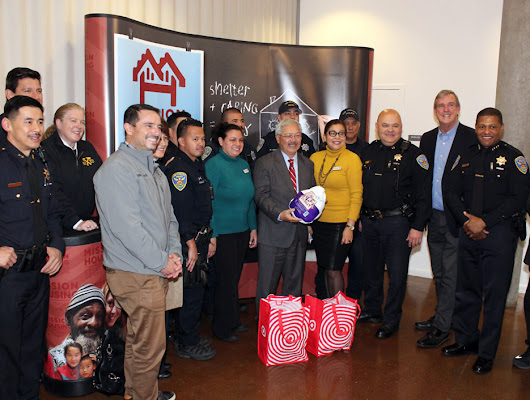 Valencia Gardens hosts SF mayor's annual turkey giveaway