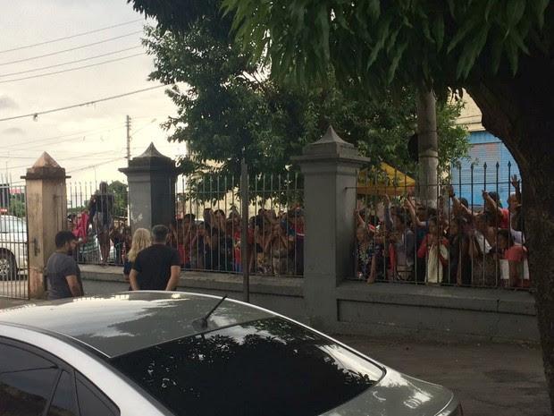 Familiares esperam por notícias de presos na Vidal Pessoa (Foto: Matheus Castro/G1 AM)