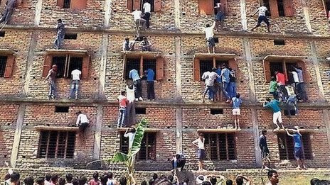 BBC News - India arrests hundreds over Bihar school cheating