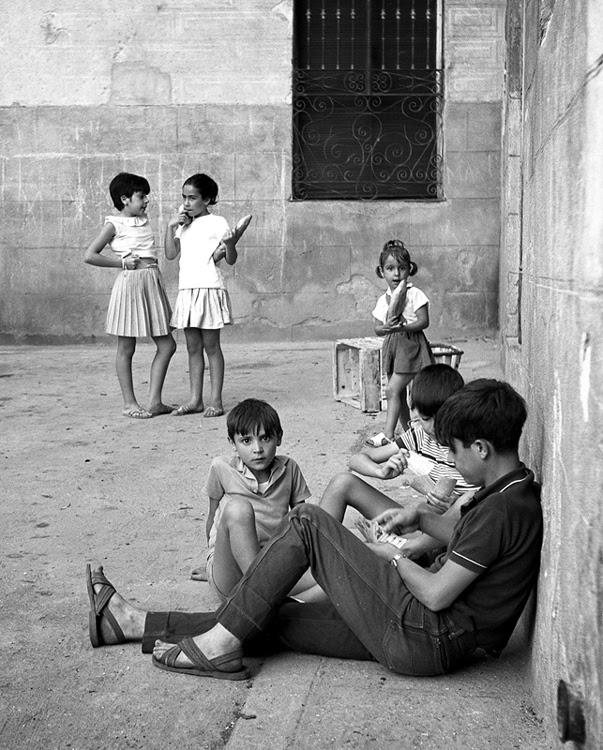 Niños en una calle de Toledo en 1967. Fotografía de John Fyfe
