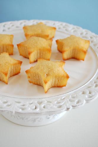 Pineapple coconut cakes with pineapple syrup / Bolinhos de coco e abacaxi com calda de abacaxi