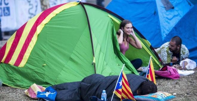 Una mujer sale de la tienda de camping, mientras otras aún duermen, frente a la sede del Tribunal Superior de Justicia de Catalunya (TSJCat) EFE/Quique García