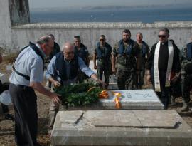 Homenaje en el cementerio de la isla de El Rey