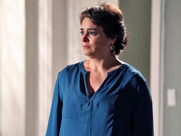 Beatriz fica arrasada com a briga entre o marido e o filho (Foto: Carol Caminha / TV Globo)