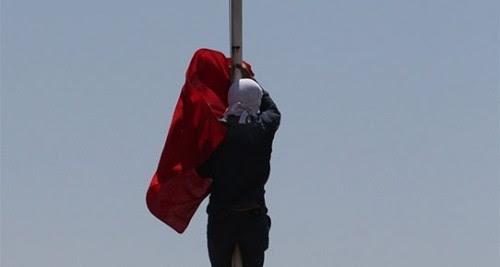 νεαρός-κούρδος-κατεβάζει-την-τουρκική-σημαία