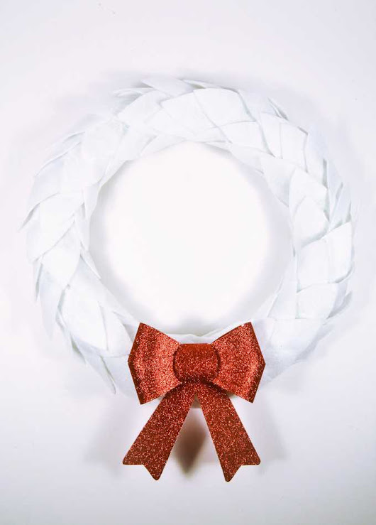 easy Christmas wreath {white felt + glitter bow wreath}