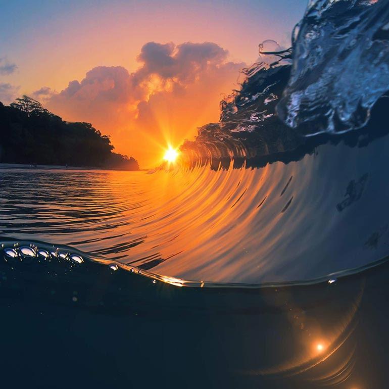 Ηλιοβασίλεμα πάνω στο κύμα | Φωτογραφία της ημέρας