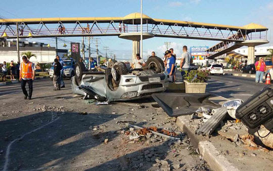 Carro capotou e ficou destruído, na cidade de Lauro de Freitas (Foto: Mayara Magalhães/ TV Bahia