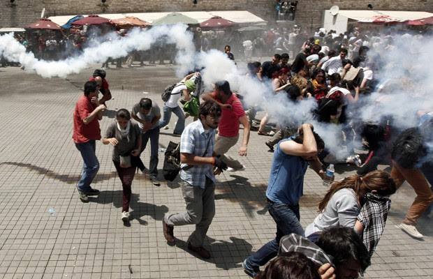 Manifestantes correm de bombas de gás lacrimogêneo durante protesto em Istambul. (Foto: Murad Sezer/Reuters)