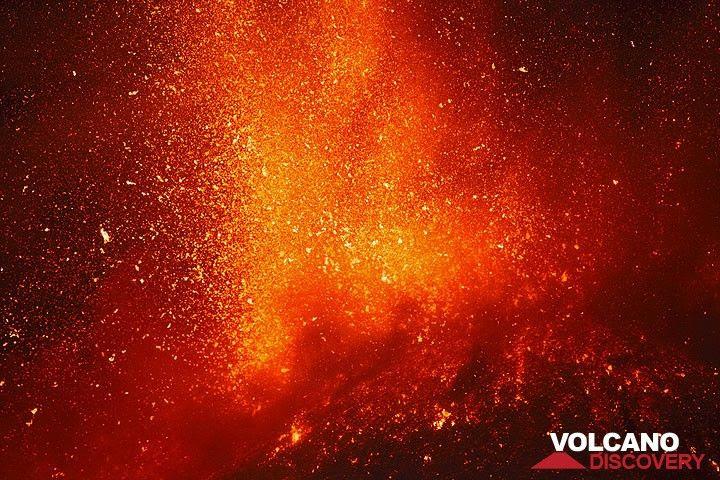 Zoom onto the lava fountain. (Photo: Tom Pfeiffer)