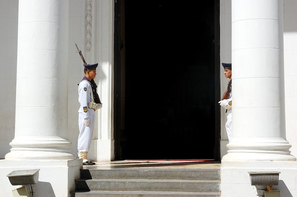 Часовые у входа в Пантеон