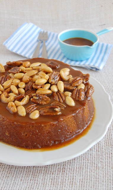 Brown sugar cake with mixed toffee nuts / Bolo de açúcar mascavo com nuts carameladas